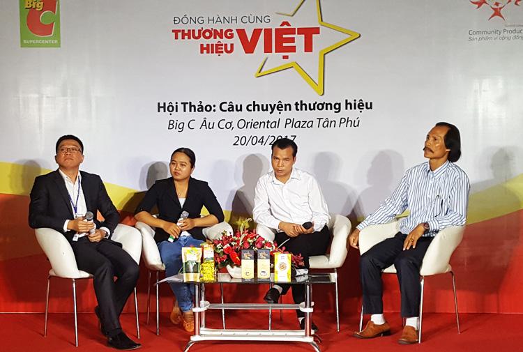 Anh Hùng - giám đốc công try chè Hùng Thái (thứ 3 từ trái sang phải) tại buổi hộ thảo