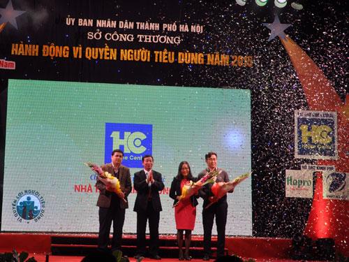 """Giám đốc Sở Công Thương Hà Nội Lê Hồng Thăng (thứ hai bên trái) tặng hoa các nhà tài trợ chương trình """"Hành động vì quyền người tiêu dùng"""" năm 2015 của thành phố Hà Nội."""