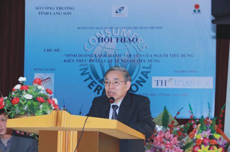Phó chủ tịch kiêm Tổng thư ký VINASTAS trình bày những nội dung cơ bản của Luật Bảo vệ người tiêu dùng tại Hội thảo hưởng ứng ngày quyền của người tieu dùng thế giới 15/3/ 2015 tại tỉnh Lạng Sơn